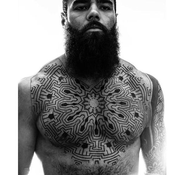 Tatuaje en el pecho,  laberinto tribal masivo impresionante