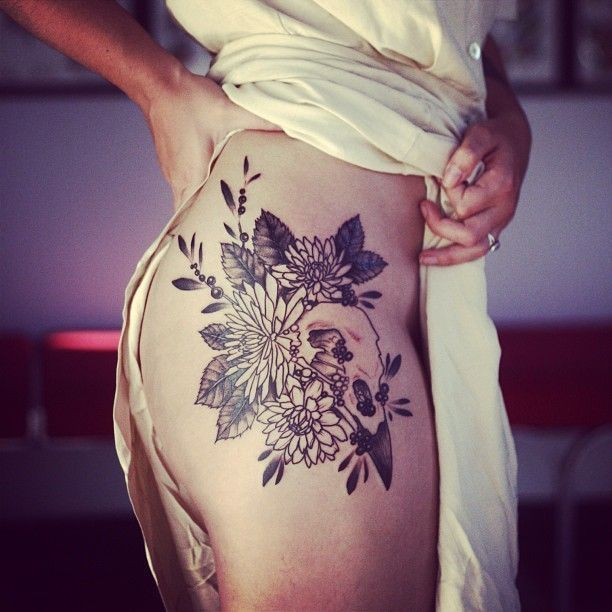 eccezionale mazzo di fiori e cranio di uccello tatuaggio sulla coscia per donna