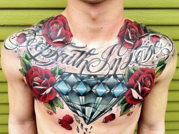 Tatuaje en el pecho, diamante precioso con flores y letrero, diseño volumétrico