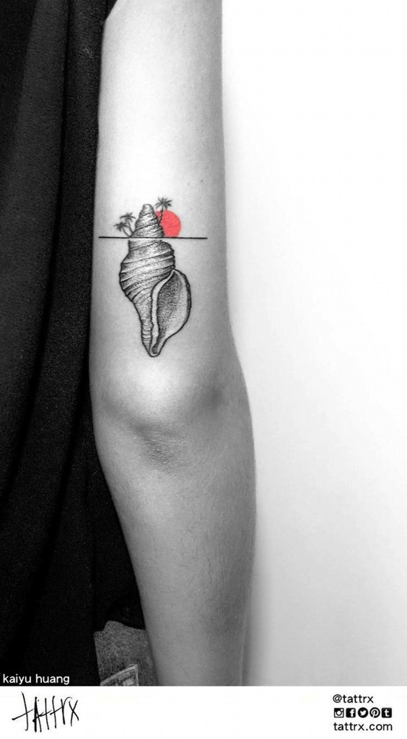Awesome deigned and painted little shell tattoo on arm