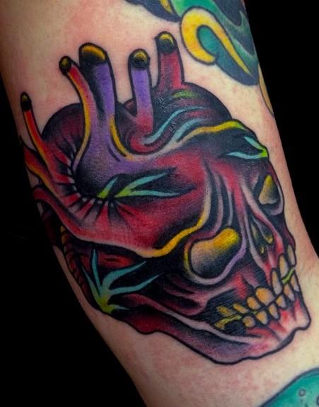 eccezionale disegno multicolore  cranio a forma di cuore tatuaggio su braccio