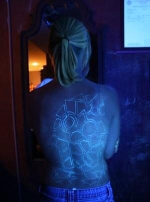 straordinario segno luce nera pieno di schiena tatuaggio