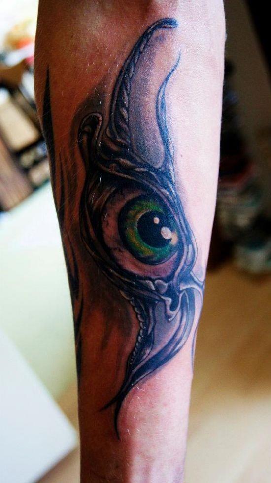 Tatuaggio grande sul braccio l&quotocchio