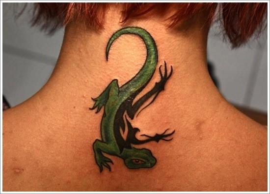 eccezionale verde nera lucertola tatuaggio sulla nuca