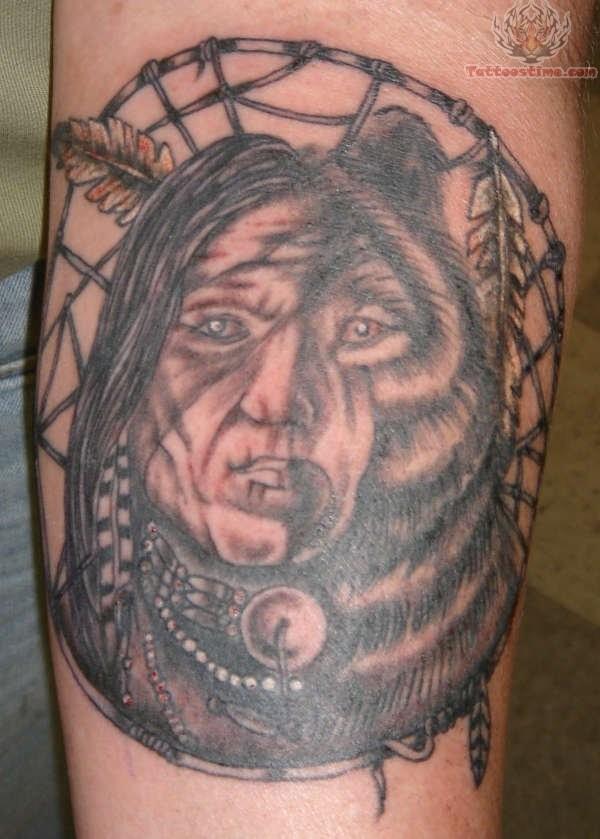 Tolle Hälfte des Indianers Hälfte des Bären Tattoo