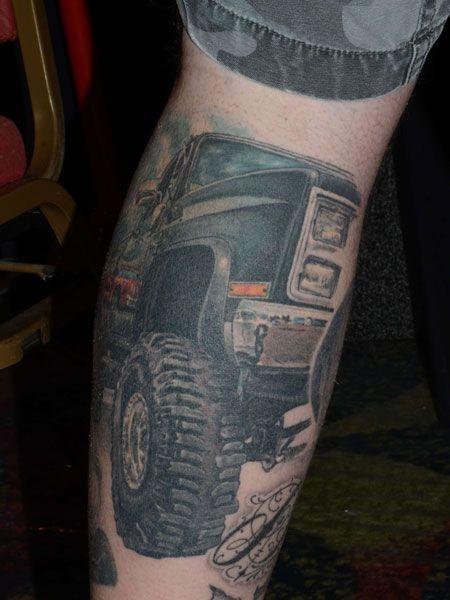 eccezionale macchina geep tatuaggio sulla gamba