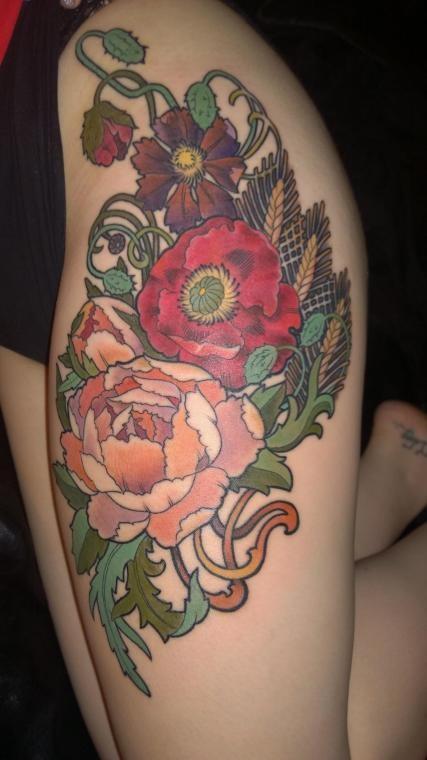 eccezionale multicolore grandi fiori tatuaggio su coscia