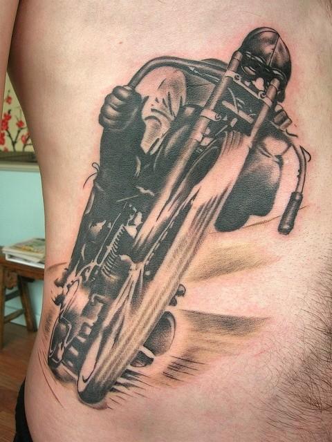 corridore impressionante su moto tatuaggio su costolette