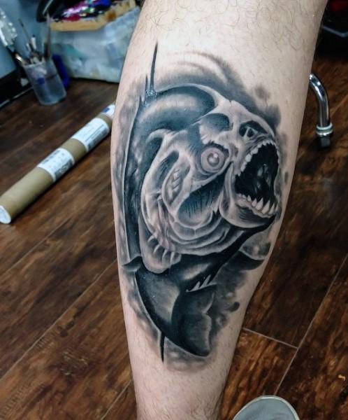 eccezionale realistico pesce piranha tatuaggio su gamba