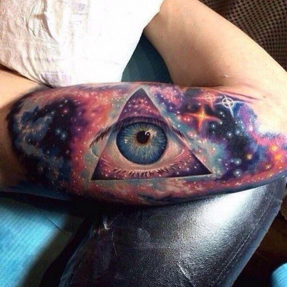 eccezionale terzo occhio che vede dallo spazio tatuaggio colorato su braccio