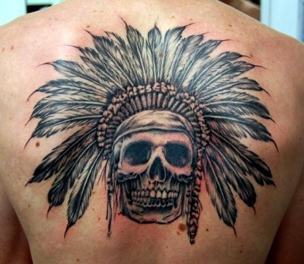 Tatuaje en la espalda, cráneo simple tocado con un sombrero de plumas