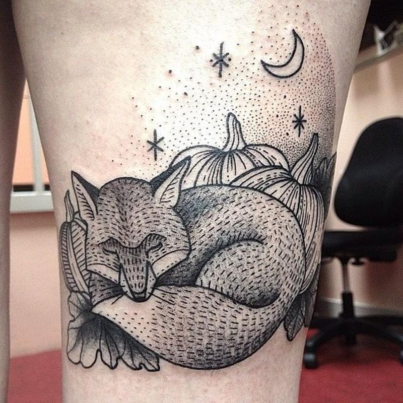 eccezionale dipinto stilizzato nero e bianco volpe dormendo tatuaggio su coscia