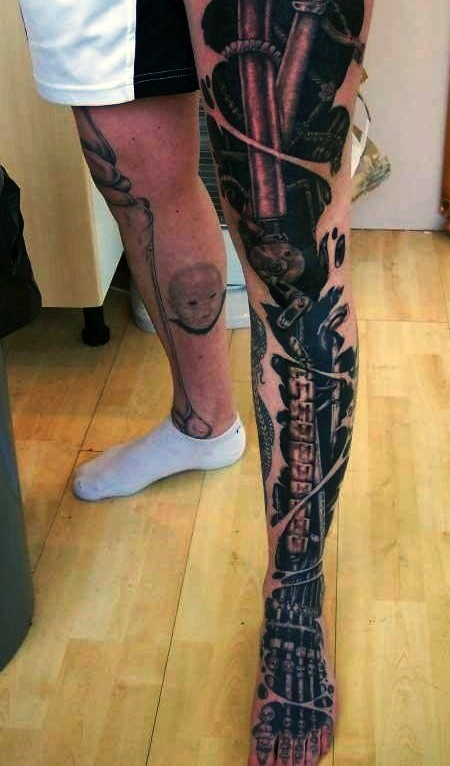 Awesome Terminator style very detailed and colored mechanic leg tattoo