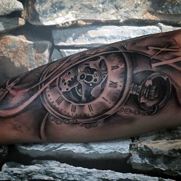 Tatuaje en el brazo, reloj mecánico estupendo
