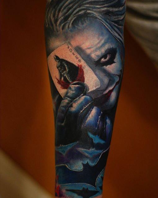 eccezionale molto realistico carta da gioco burlone  con batman tatuaggio su braccio