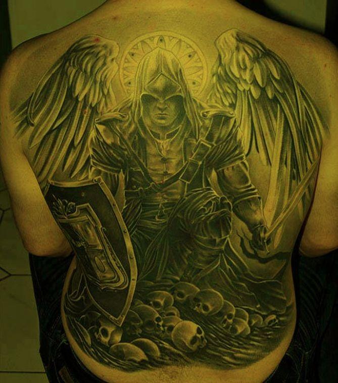 incredibile angelo gueriero in armatura tatuaggio pieno di schiena