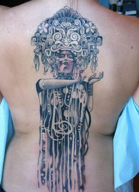 eccezionale donna tatuaggio sulla schiena