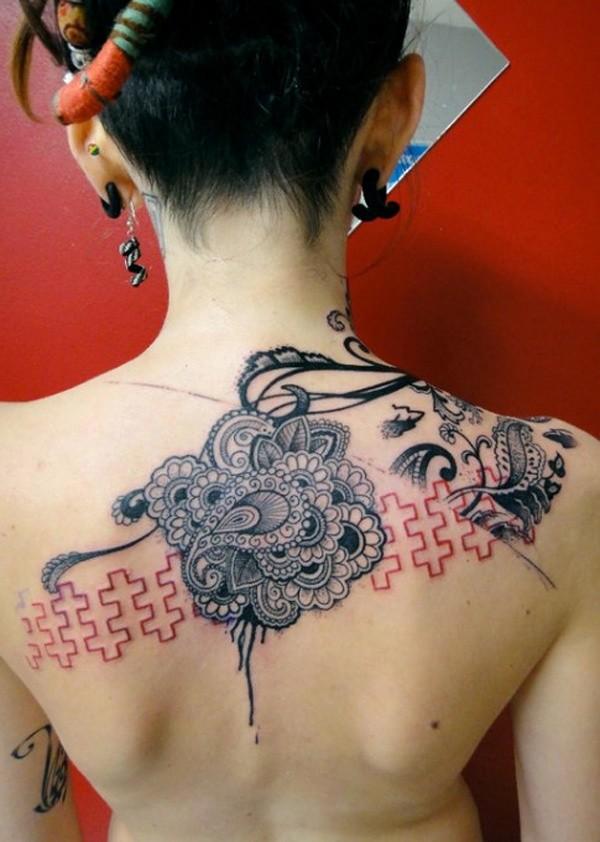 bellissimo nero rosso modello tatuaggio su parte superiore della schiena