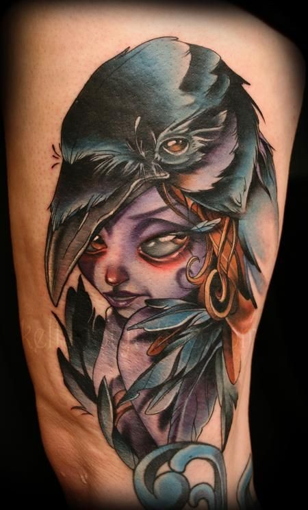Tatuaje en el brazo, chica púrpura fantástica con cuervo