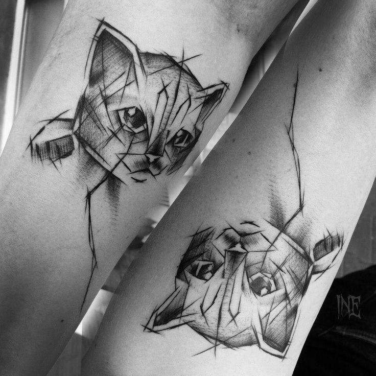 Bellissimo tatuaggio in stile cartone animato dipinto da Inez Janiak del piccolo gatto