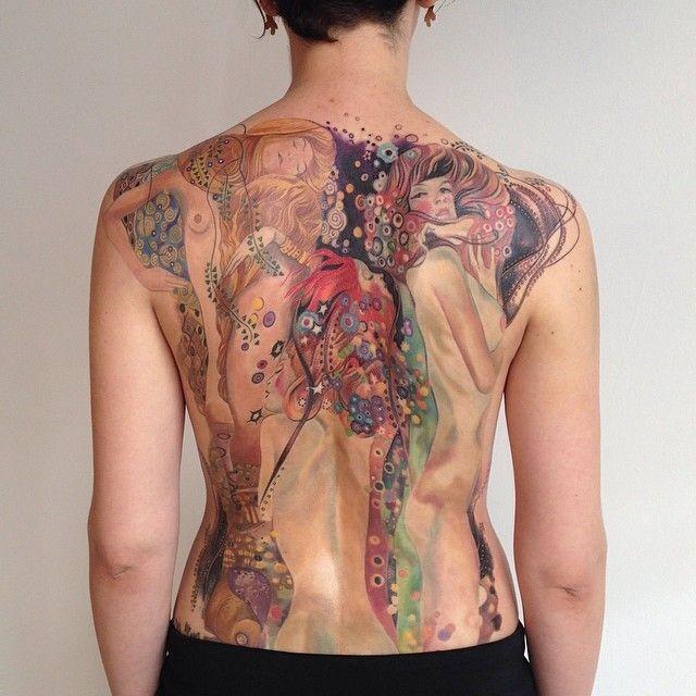 bellissio colorato grande donna nuda con fiori tatuaggio pieno di schiena