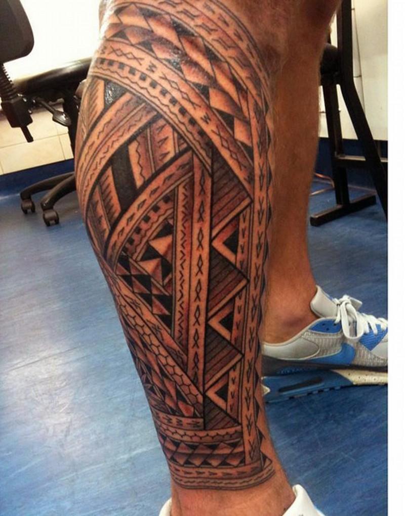 bellissimo colorato ornamento polinesiano tatuaggio su gamba