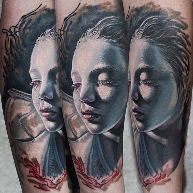 bellissima colorato molto realisticoragazza dormendo tatuaggio su braccio