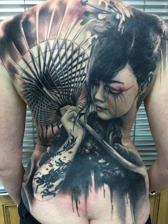 Tatuaggio grande sulla schiena la geisha con l&quotombrello