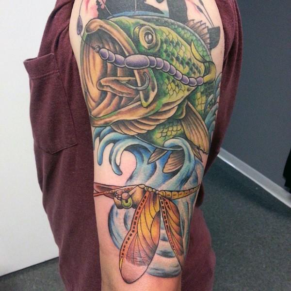 bellissimo dipinto colorato dettagliato pesce con libellula aganciato tatuaggio su braccio