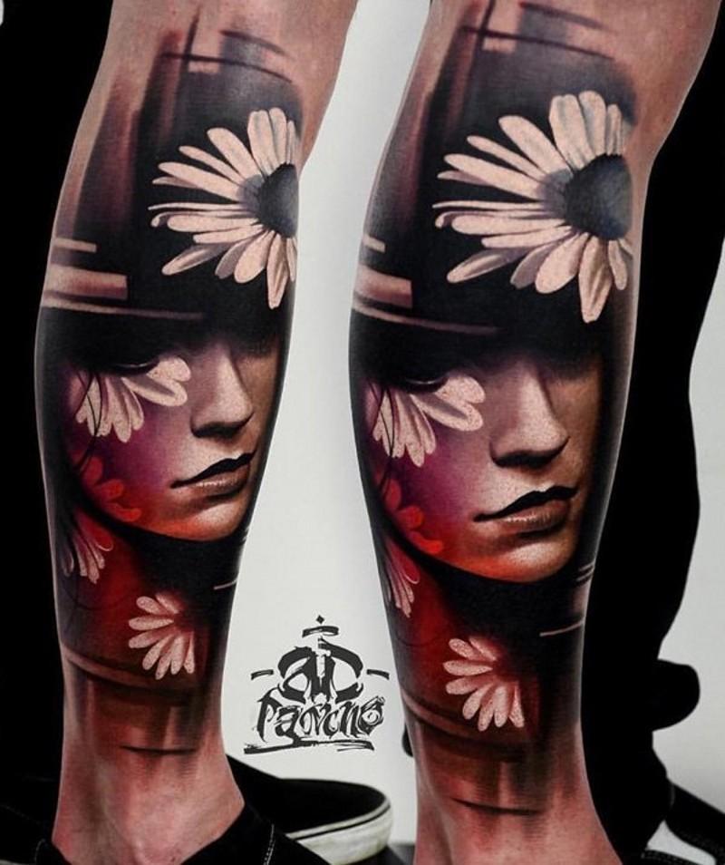 Schön gemaltes und farbiges originales Porträt der Frau mit Blumen Tattoo am Knöchel