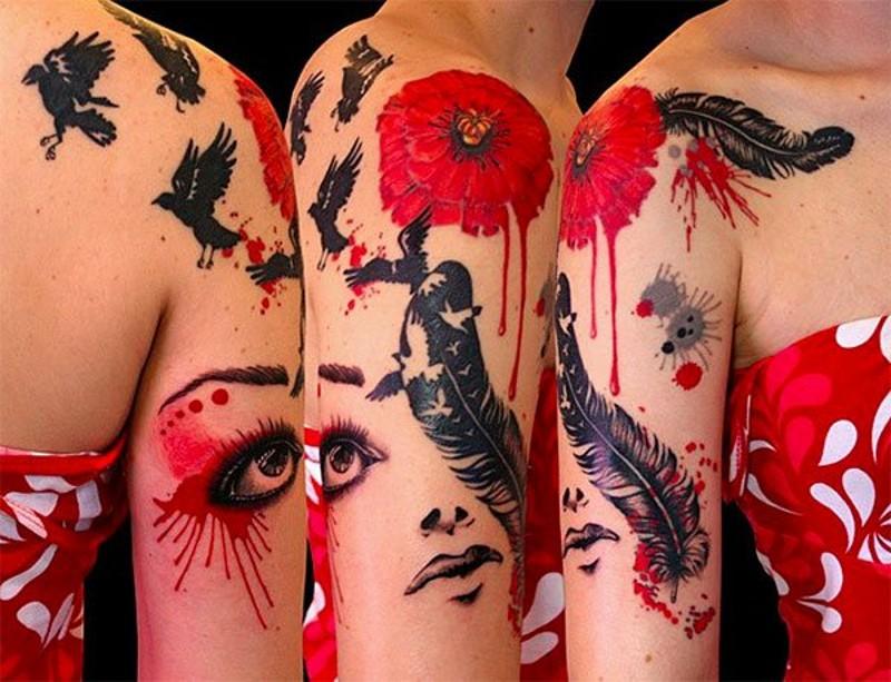 bellissimo dipinto grande colorato tatuaggio con fiori e uccello e piuma tatuaggio su spalla