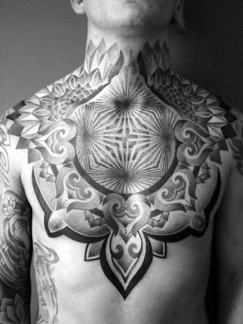 Tatuaje en el pecho y cuello,  ornamento grande alucinante