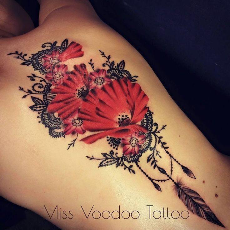 Bellissimo dipinto colorato da Caro Voodoo tatuaggio posteriore superiore di grandi fiori con piuma