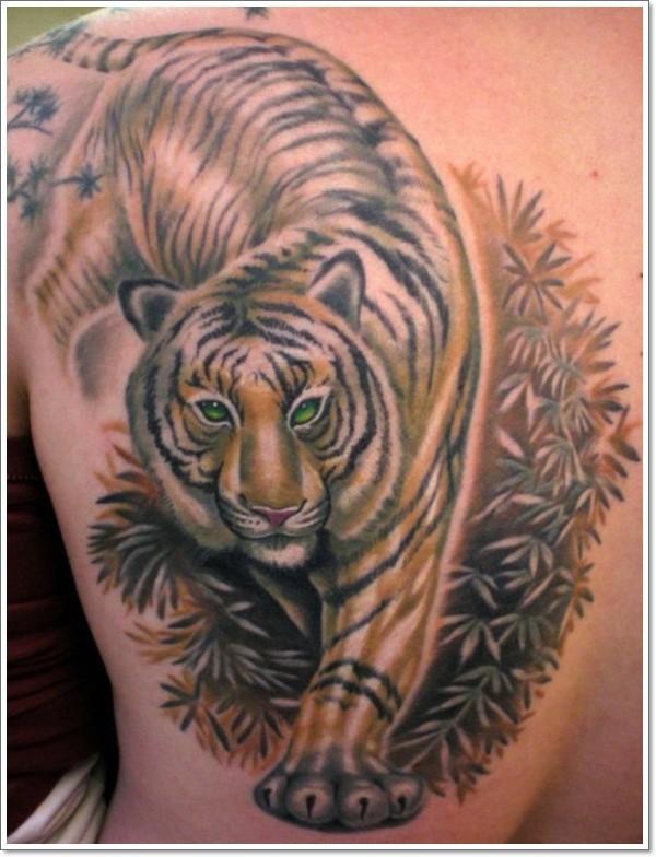 bellissimo dipinto bello colorato grande tigre tatuaggio su spalla