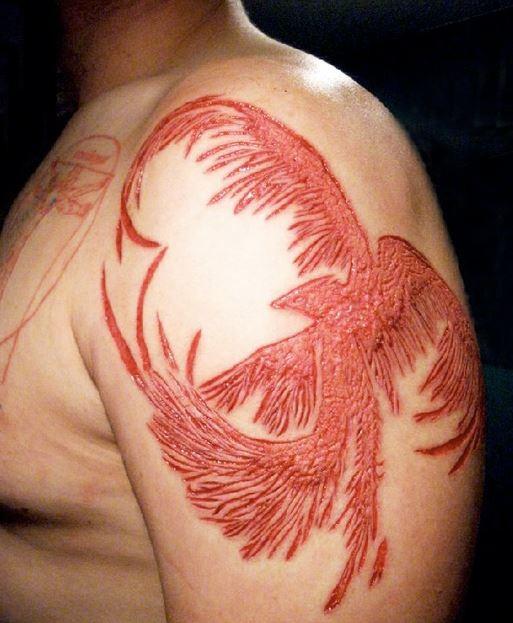Schöner Phönix Haut Skarifikation auf Schulter