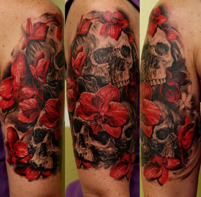 bellissime orchidee rosse e teschi neri tatuaggio mezza manica