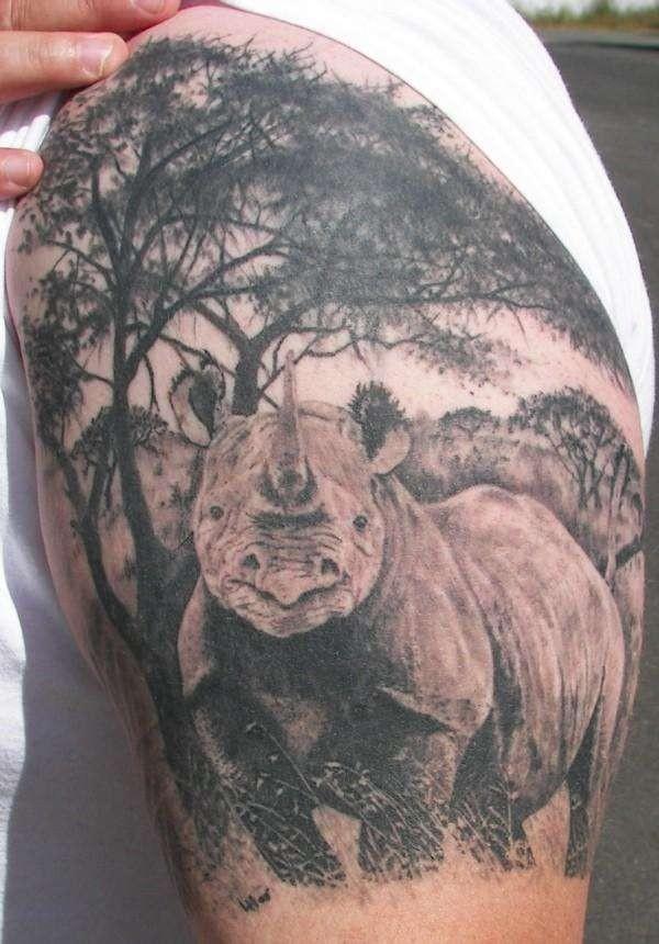 bellissimo rinoceronte su foreste tatuaggio su spalla