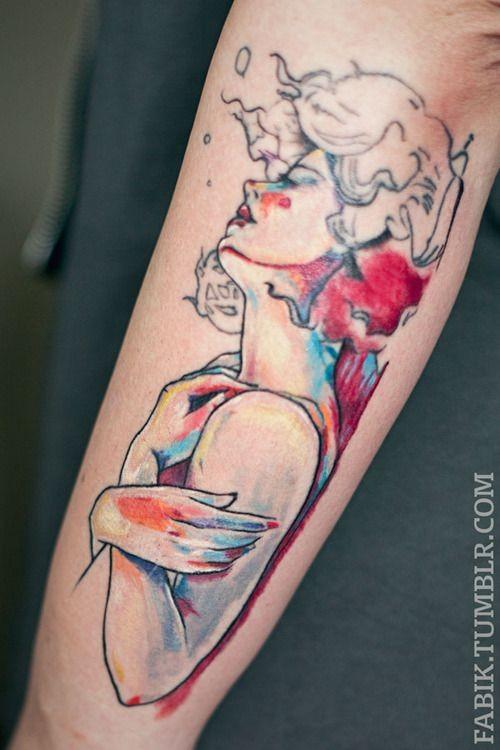 Bello stile dipinto e colorato grande donna tatuaggio sul braccio