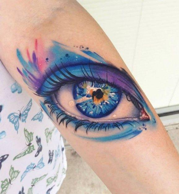 Tatuaggio grande sul braccio l&quotocchio azzurro
