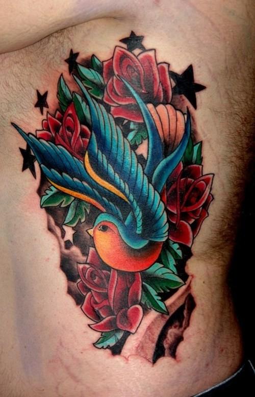 bellissimo colorato uccello rondine con fiori tatuaggio