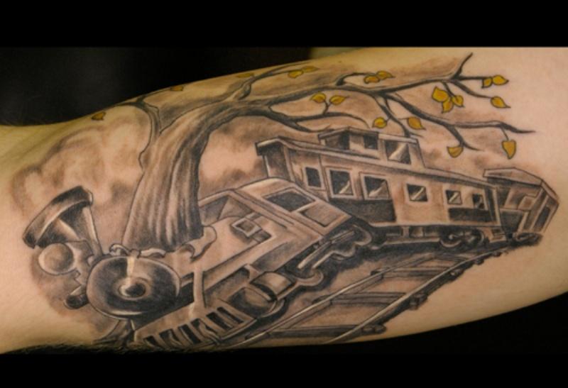 Tatuaggio bicipite dipinto in bianco e nero in caso di incidente ferroviario
