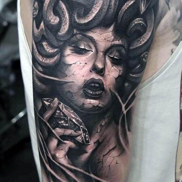 Tatuaje en el brazo,  Medusa  Gorgona con la piel agrietada con diamante puro