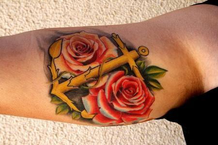 grande bellissima ancora con rose rosse tatuaggio su braccio