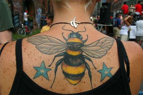 Tatuaggio semplice sulla schiena l&quotape colorata con le stelle