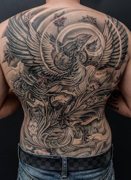 Tatuaggio impressionante  sulla spalla la fenice nera grigia by Winson