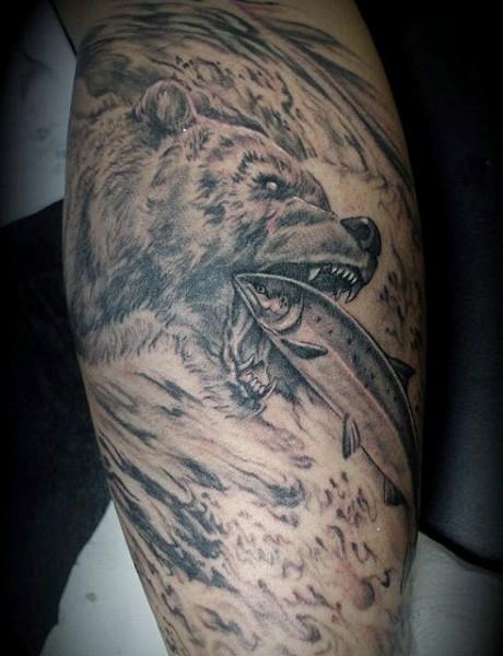 grande nero e bianco  orso acchiappa pesce tatuaggio su braccio