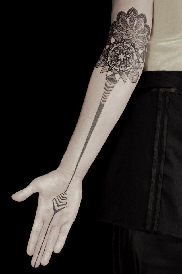 grande bianco e nero fiore stilizzato  con mistico ornamento tatuaggio su braccio