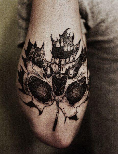 grande bianco e nero foglia d&quotacero stilizzata con cranio tatuaggio su gomito