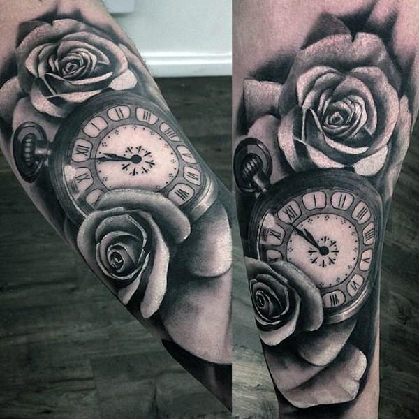 Tatuaje En El Antebrazo Rosas Y Reloj Mecánico Colores Negro