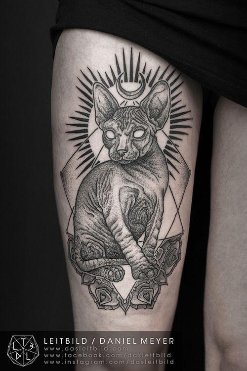grande nero e bianco gatto Sphinx culto tatuaggio su coscia